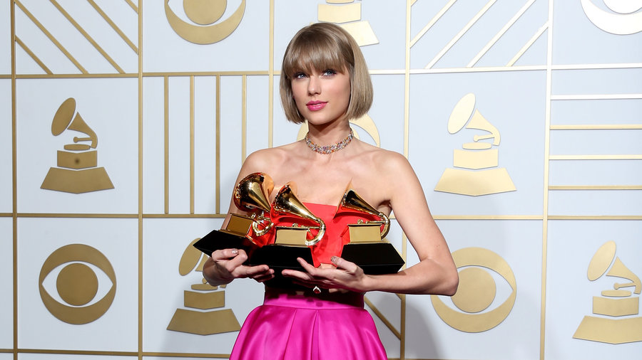 Trend: Taylor Swift with a one-length bob at the 2017 Grammy Awards